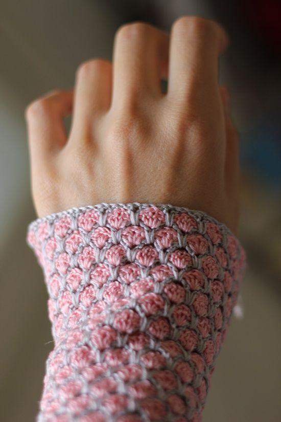 Handwärmer mit Rosenmuster - gehäkelt | Handschuhe Häkeln ...
