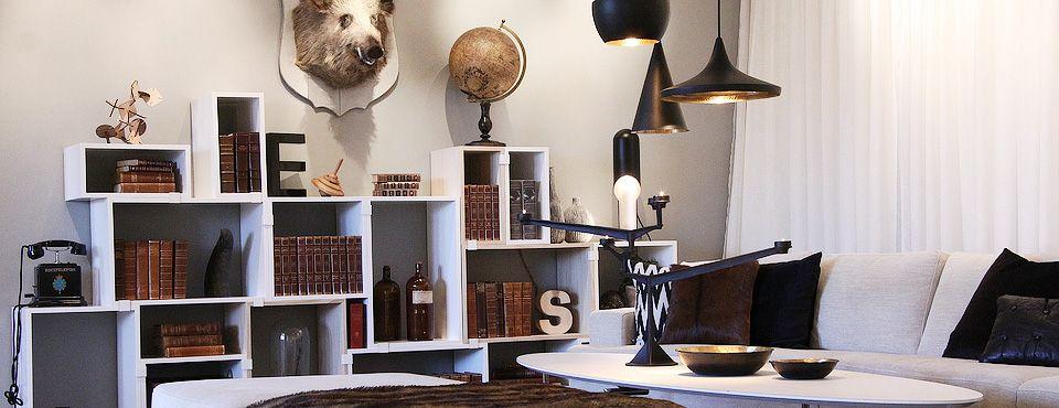 vardagsrum-hyllor-soffa-djurhuvud  annorlunda möblering vardagsrum ...