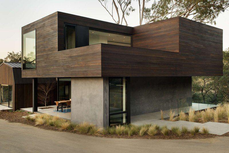 Maison contemporaine atypique bardée de bois à létage et entourée ...