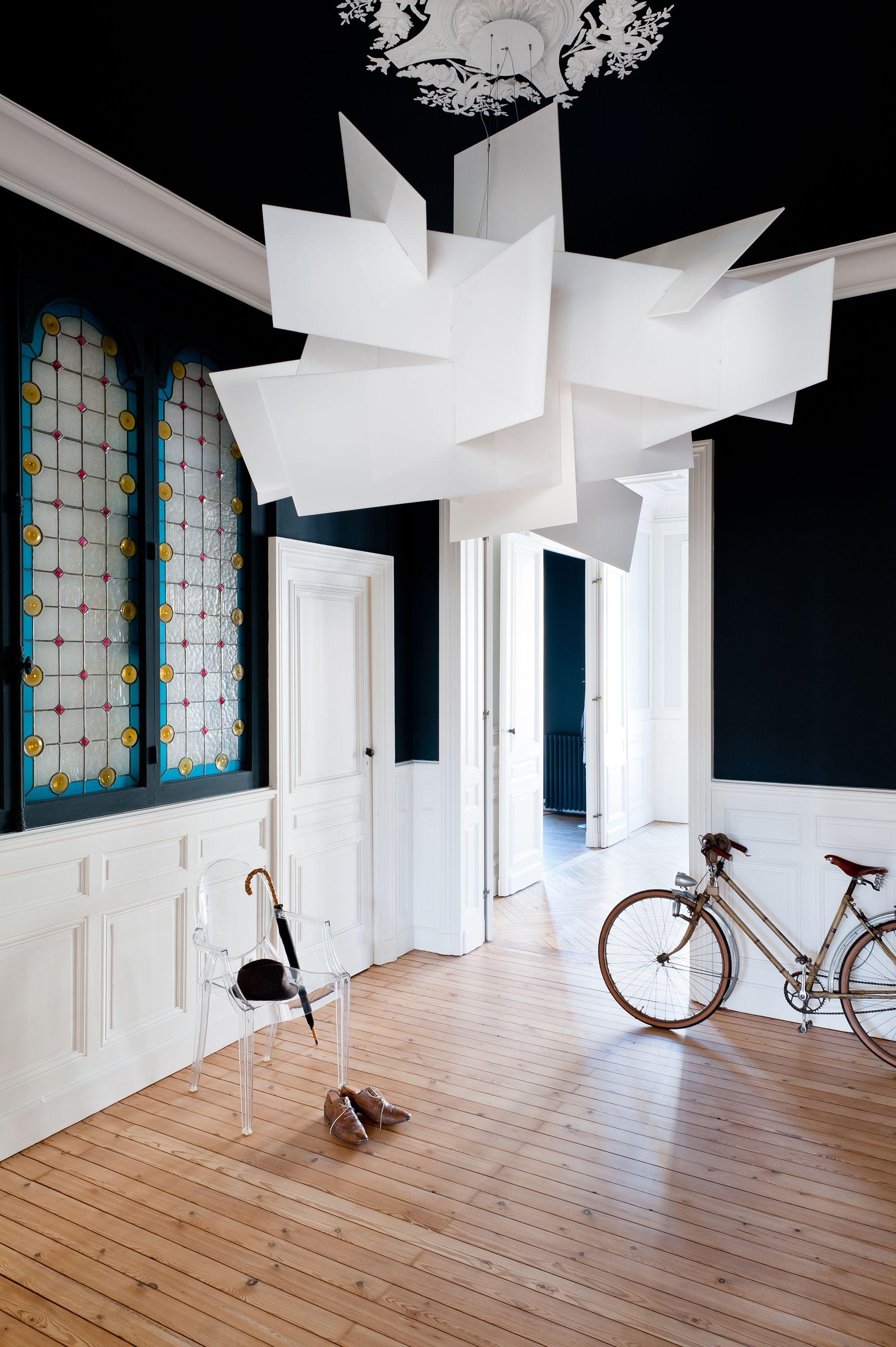 coin entr e noir et blanc dans appartement haussmannien. Black Bedroom Furniture Sets. Home Design Ideas