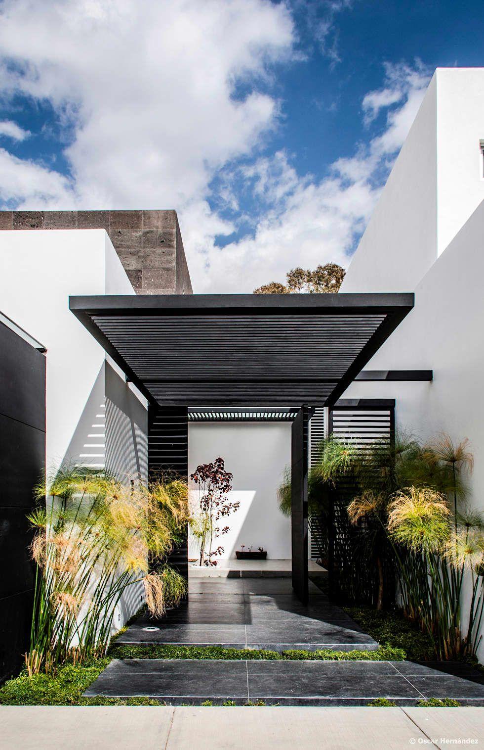 Casamezquite puertas principales de estilo por bag for Jardines interiores de casas modernas