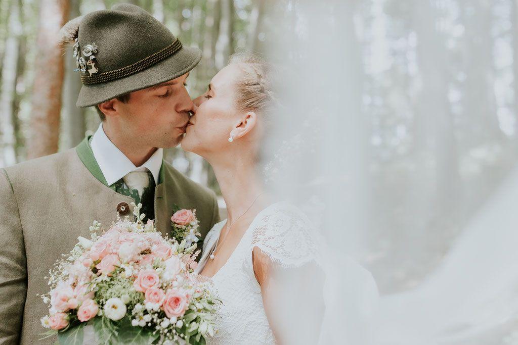 Hochzeit In Altmunster Neukirchen Bei Altmunster Brautpaarshooting Mit Traunsee Und Traunstein Als Kulisse Standesamtli Hochzeit Brautpaar Trachten Hochzeit