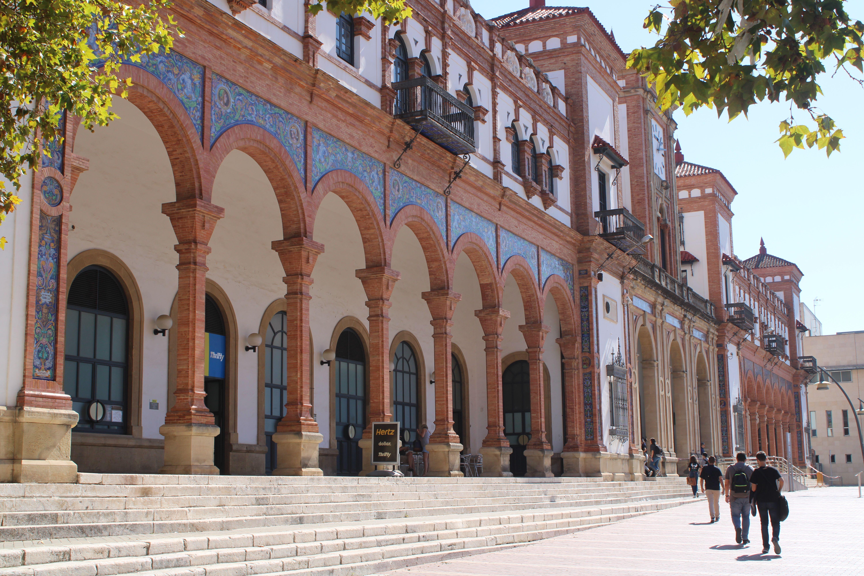 fachada principal de la estación de ferrocarril de Jerez de la Frontera