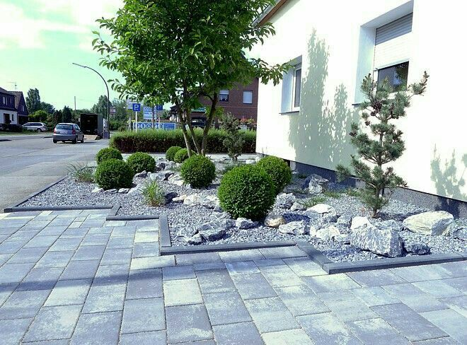 Vorgartengestaltung   Pflegeleichter Vorgarten Mit Gräsern, Buxbaumkugeln  Und Naturstein. Beispiele, Bilder Und Tipps Zur Gestaltung Des Vorgartens.