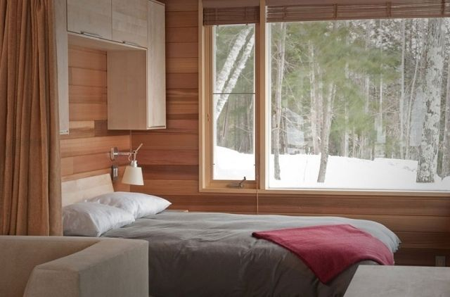 kleines schlafzimmer großes fenster holz verkleidung schränke über ...