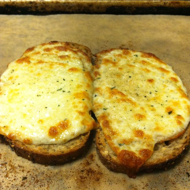 Baked cheesy garlic bread. | foodie. | Pinterest