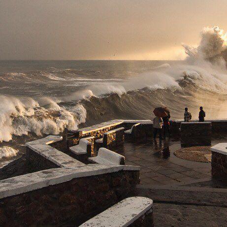 Las olas golpean el litoral de Lekeitio.  Bellísima imagen de Xabier Gezuraga.