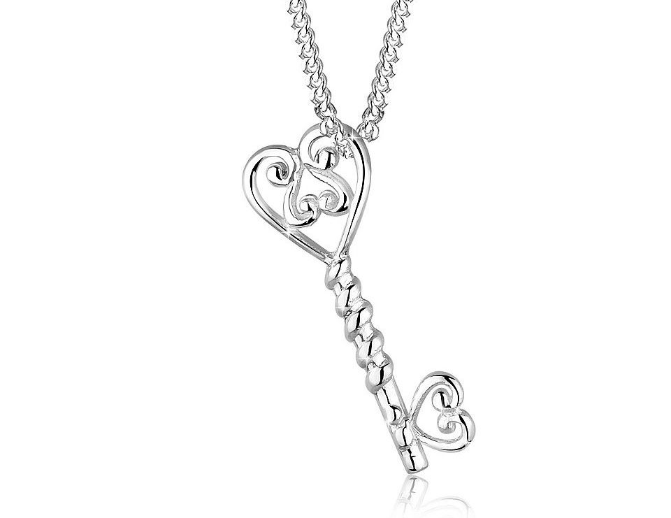 Key necklaces increase of love, between lovers. If you are looking for gifts for your girlfriend, these necklaces can be the right choice. Below you will find great ideas on this topic. I share with you key pendant ideas in this photo gallery.