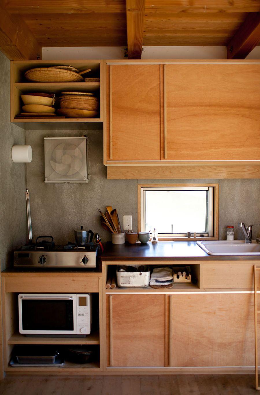 木が活かされたキッチンは、小屋風の家となじむ。