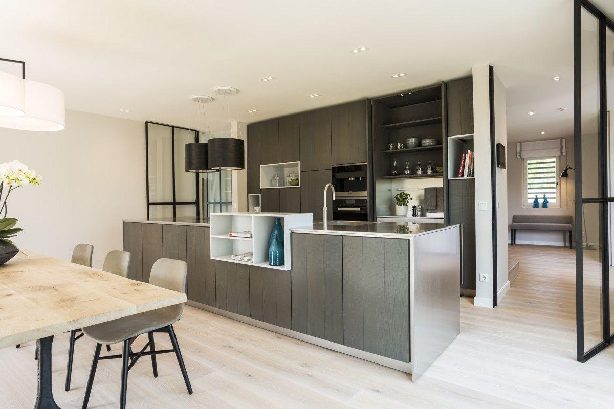 Moderne offene Küche grau mit Kochinsel Inneneinrichtung