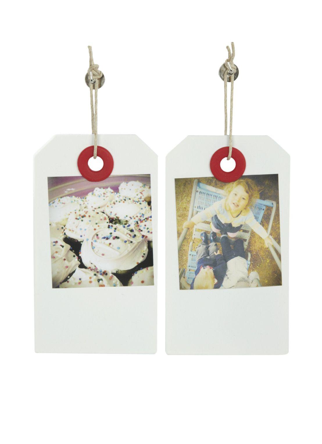 Umbra foto ophangsysteem. Plak de foto's op de Taggit lijstjes en hang ze aan de muur. De plaatjes zijn met een verwijderbare marker te beschrijven. Deze set bestaat uit 7 plaatjes met touwtjes en bevestigingsmateriaal.