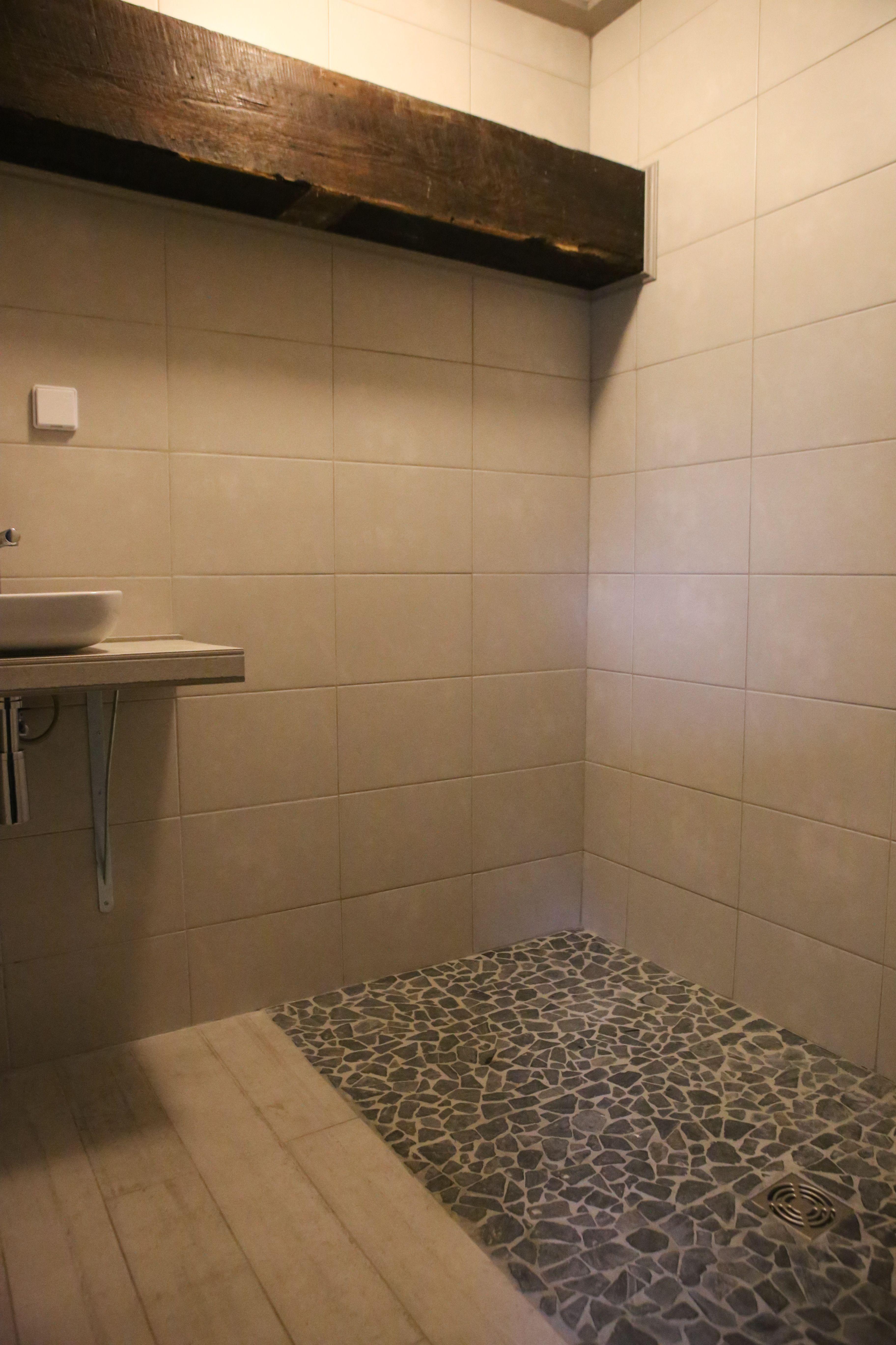 Badkamer met kiezelstenen vloeren houtnerftegels | Foto\'s van ...