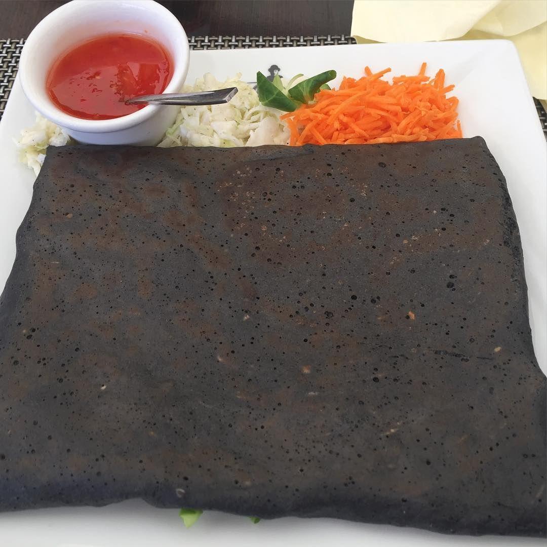 Kun ravintolan ruokalistalla on tarjolla Black Pancake, sitä on pakko kokeilla. Tällä kertaa kyseessä ei ollut pohjaan palanut pannukakku vaan jonkinlaisella musteella värjätystä taikinasta pyöritelty pääruoka. Sisällä kanaa, pähkinöitä ja vihanneksia. Oli muuten hyvää. #blackpancake #pancake #pannukakku #lunch #polishkitchen #turon #poland #foodlover #visitpoland
