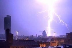 Foto Mengerikan Kilat Dasyat Mewarnai Langit Malam Hari Tribun