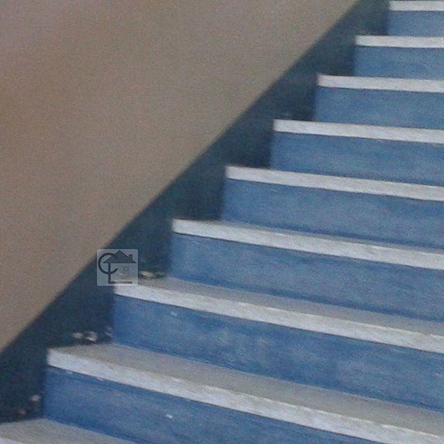 Peinture de plinthe et contre-marche amiantée dans un immeuble de