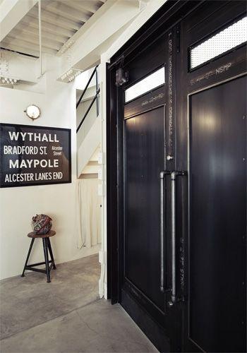 外国のビルのようなスチール製ドア 改装前の玄関には普通のアルミ