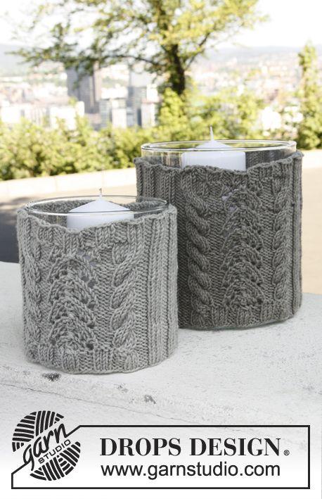 Conjunto é composto por: DROPS grande e pequena cobertura para vaso de vidro com cabos e teste padrão do laço em Merino Extra Fine. ~ DROPS Design