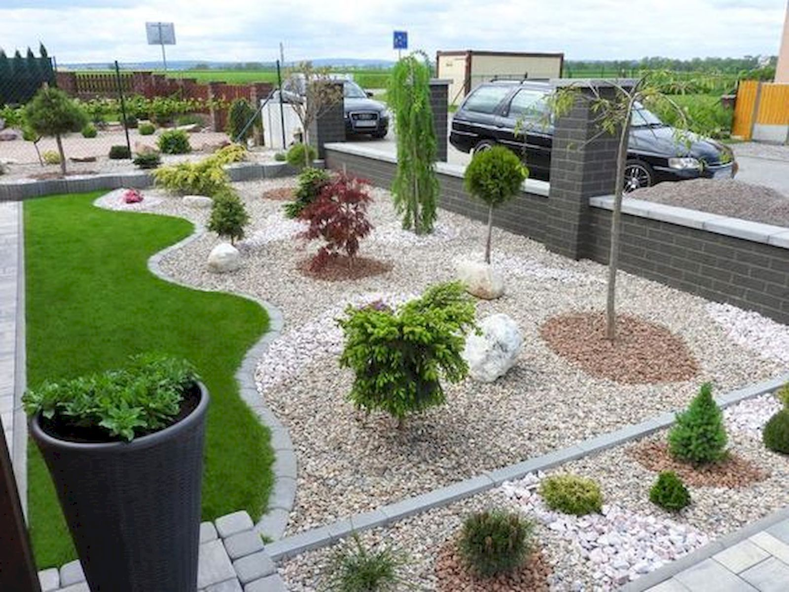 90 Simple and Beautiful Front Yard Landscaping Ideas on A Budget (69) - LivingMarch.com #landscapingfrontyard