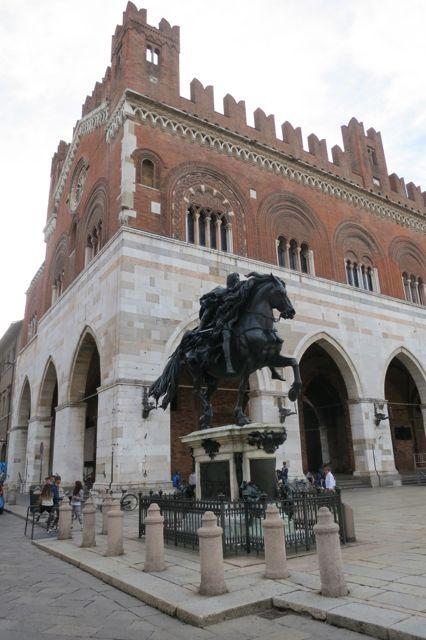 Piazza Covello In Piacenza Italy Italia Architettura Italiana Monumenti