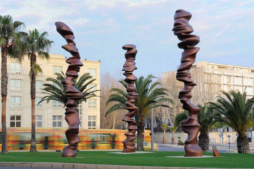 Point of View - statue en bronze de Tony Cragg, sculpteur britannique - 3 colonnes, 10 m. de hauteur, spirales elliptiques, silhouettes en mouvement, visages de profil entre les tourbillons - Montpellier (France)