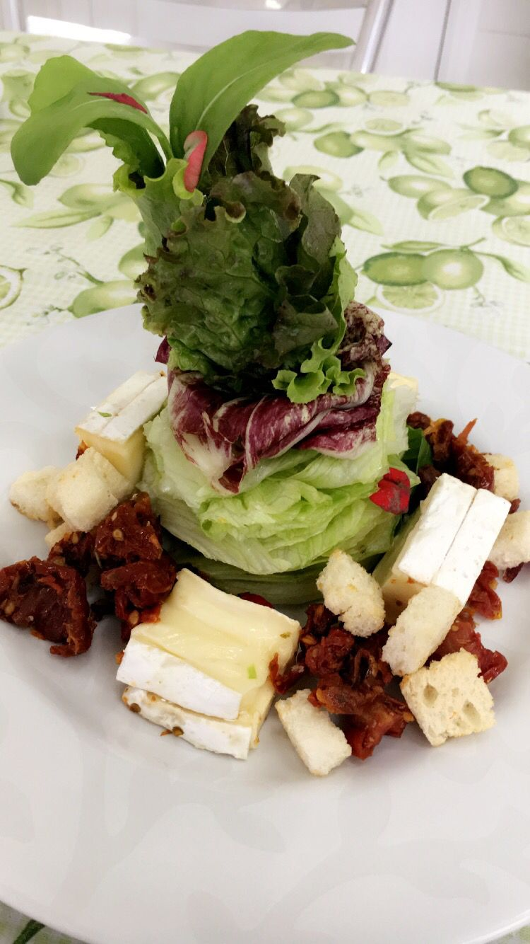 Brie and dried tomatoes salad