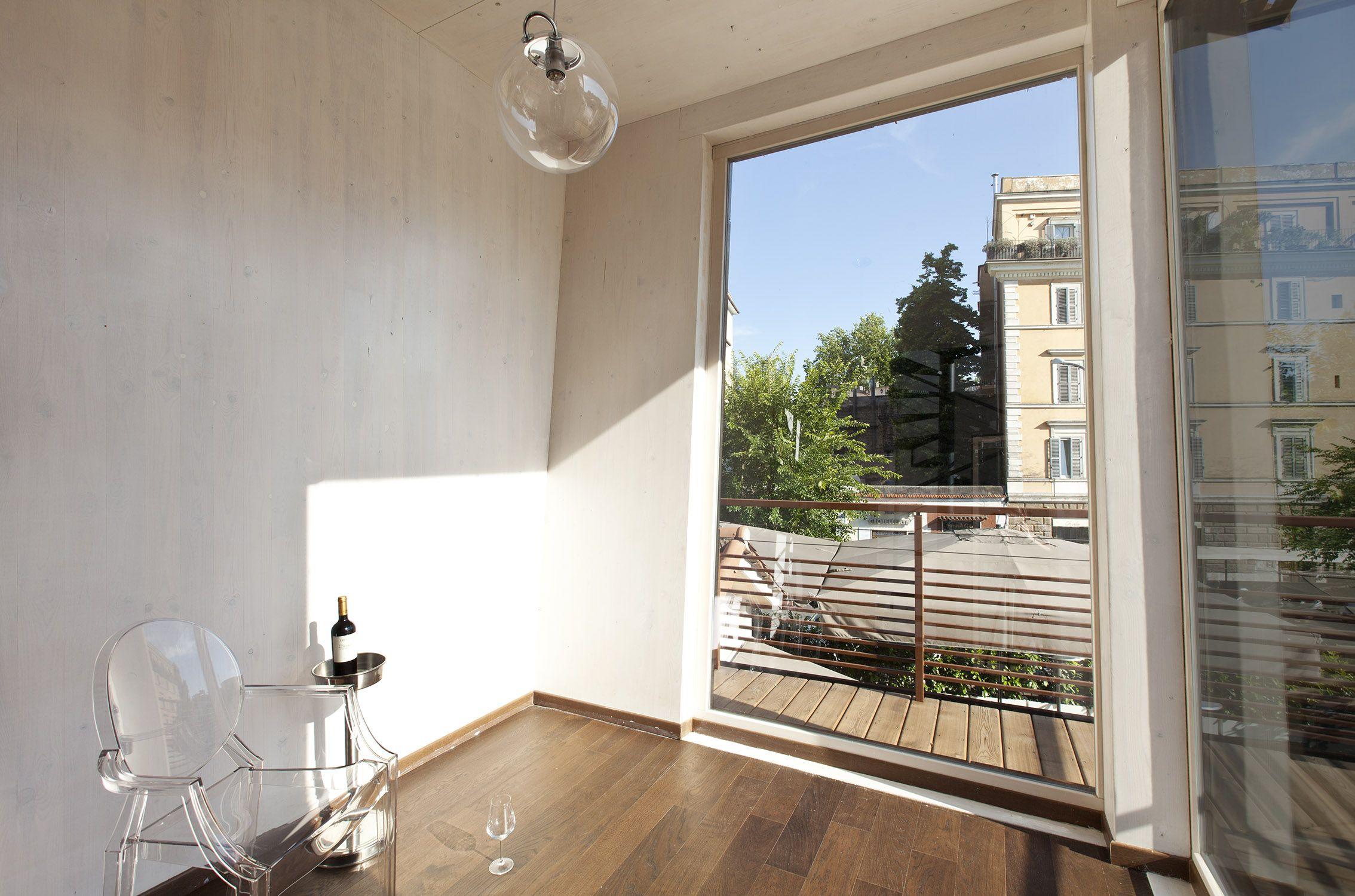 <h3>Zona V.I.P. nella Torretta_ legno strutturale a vista e visuale sul quartiere</h3>