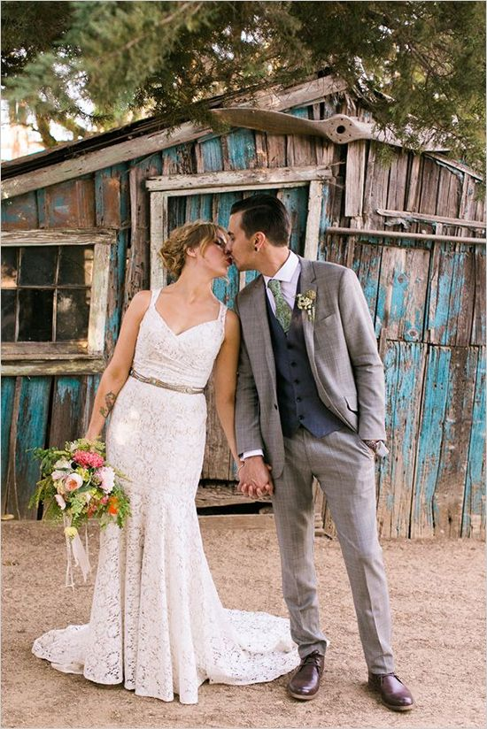 Flying Caballos Ranch Wedding with eclectic bride and groom. Captured By: Jen Rodriguez ---> http://www.weddingchicks.com/2014/05/26/bacon-and-eggs-picnic-wedding-reception/