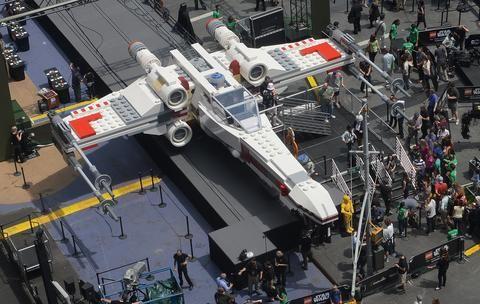 Terra Mobile Brasil - Lego apresenta réplica em tamanho real de nave de 'Guerra nas Estrelas'