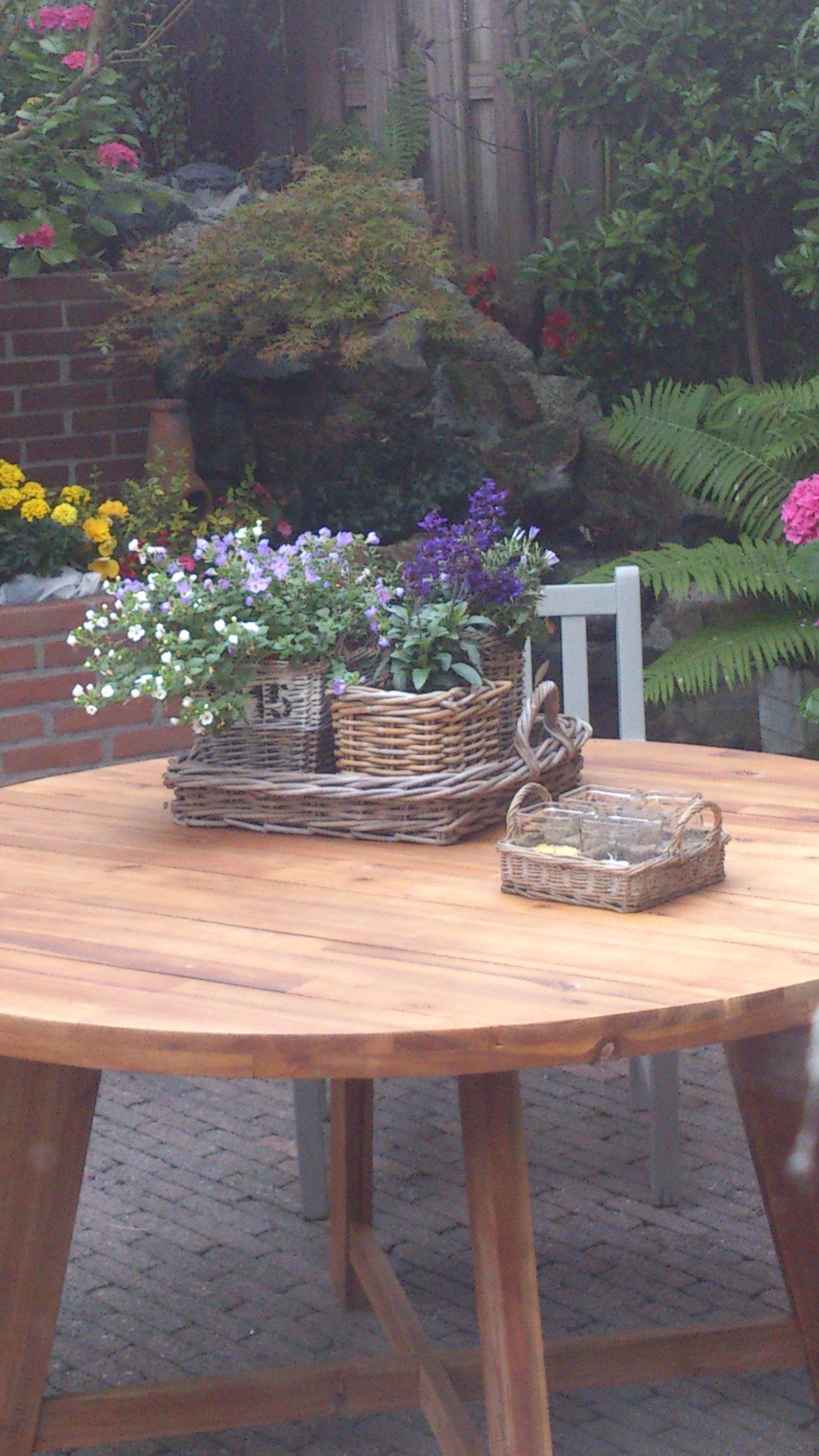 Rieten Ronde Tafel.Ronde Tafel Met Rieten Mandjes Tuin Om Van Te Genieten Outdoor