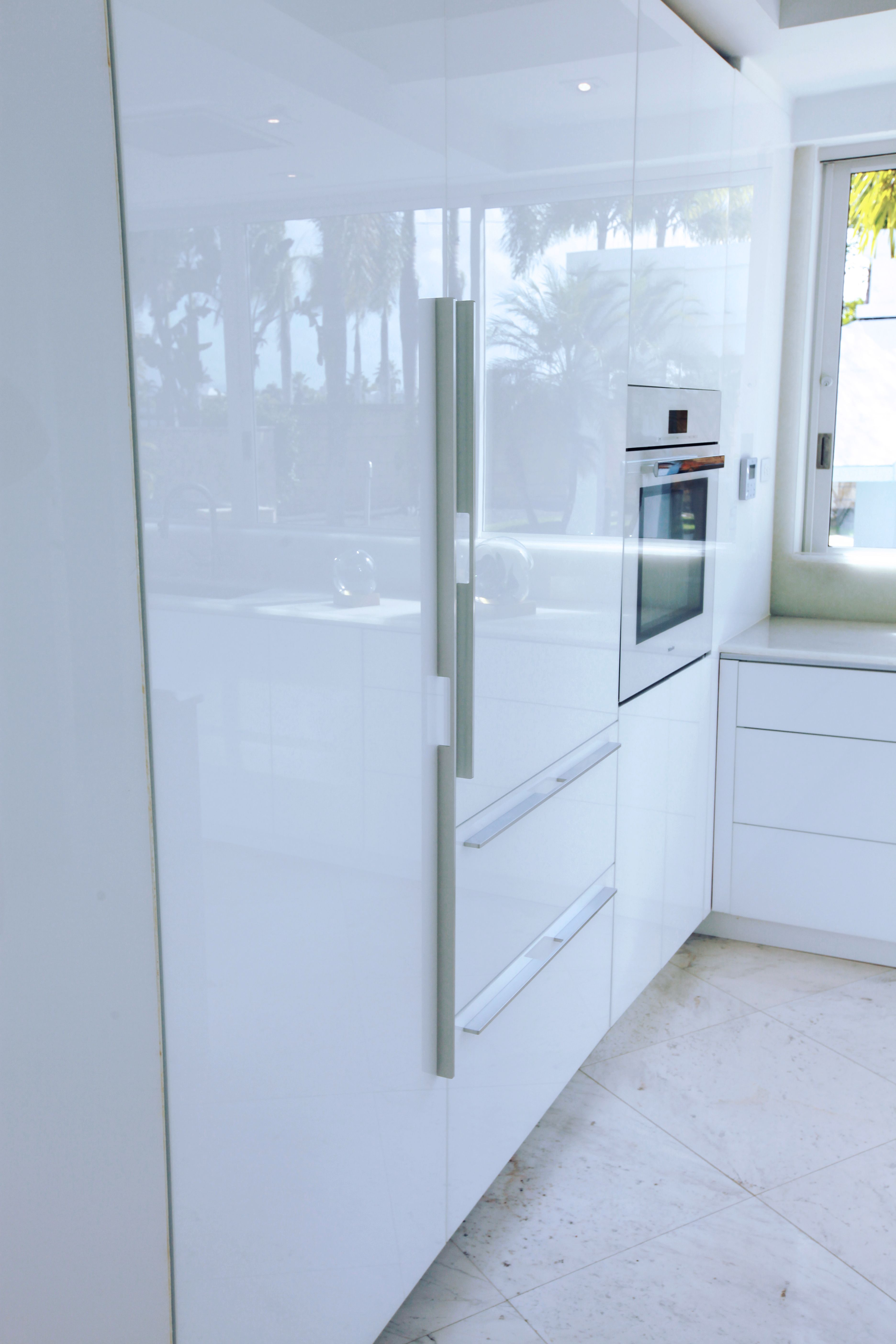 Get Beautiful Reflective Quality With Rauvisio Crystal Glass Cabinet Doors In High Gloss Modern Kitchen