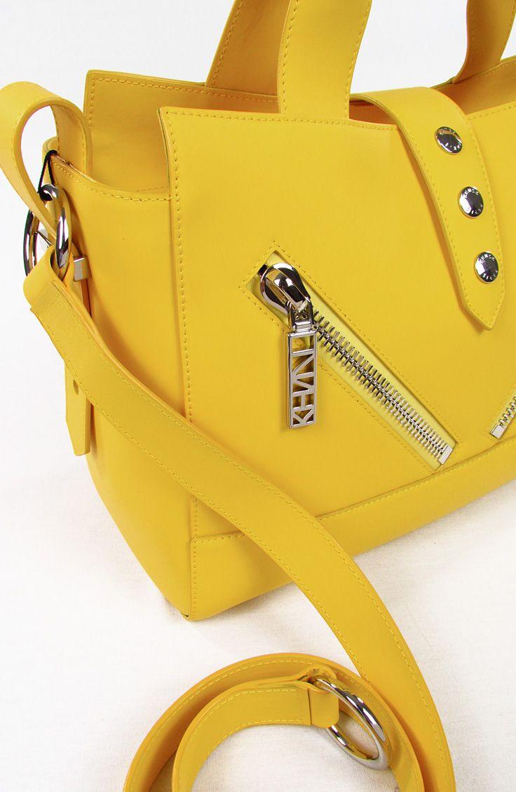 KENZO. Mini KALIFORNIA Gommato.  KALIFORNIA Mini Tote Bag in Morbida PELLE GOMMATA. Effetto impermeabile. Zip con Kenzo Signature Hardware. Tracolla regolabile. MADE IN ITALY. Dimensioni - circa - 24 x 15,5 x 11 cm. 100% pelle di vitello. Questa borsa è stata realizzata con finiture speciali e originali al fine di ottenere un design unico.
