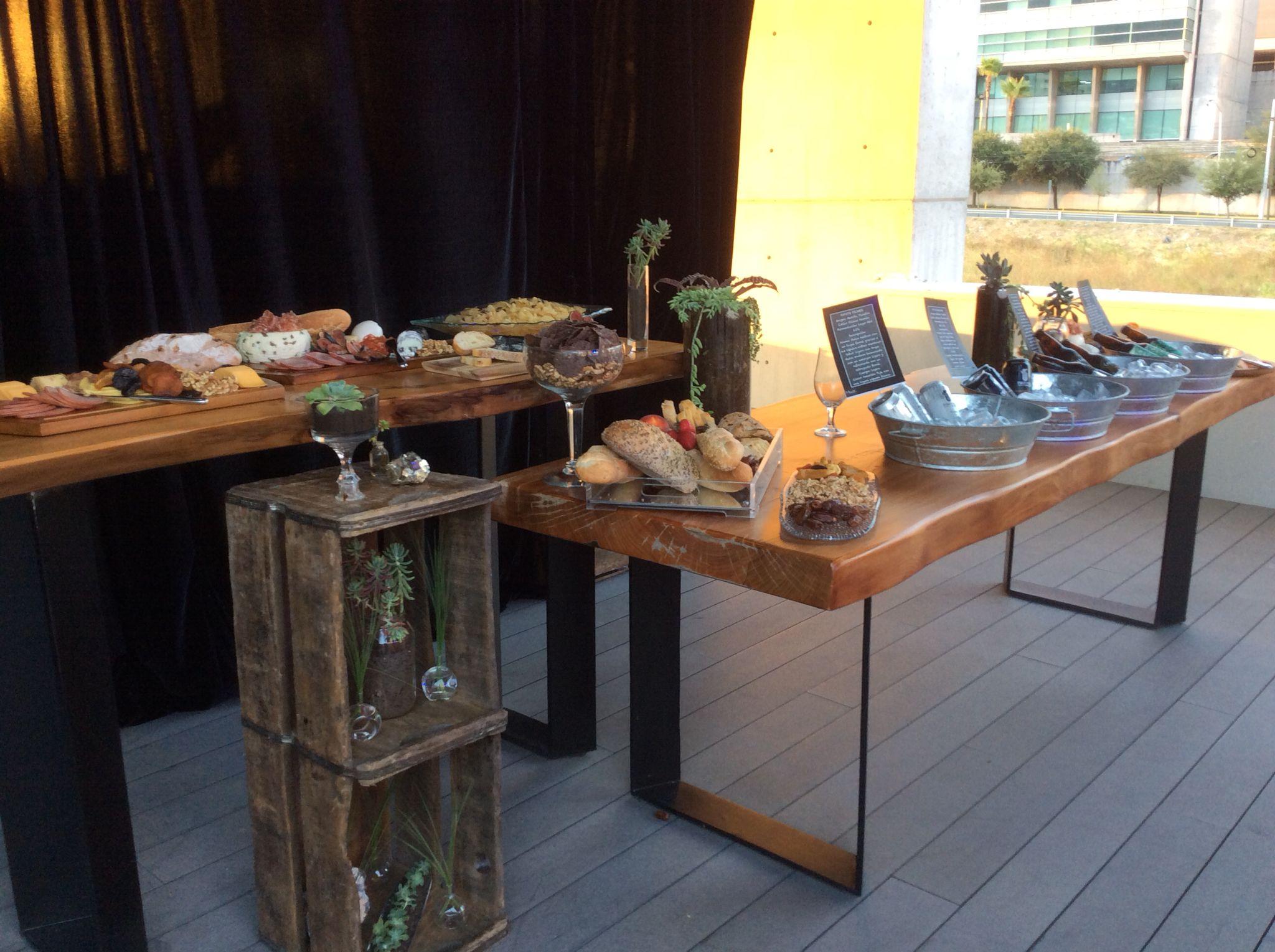 Mesa de botana para degustar la cata de cervezas artesanales, un evento de Miuusic Art Catering. Con apoyo de @DeliciasVerdes para diseño de charolas y elaboración de bocadillos frescos.