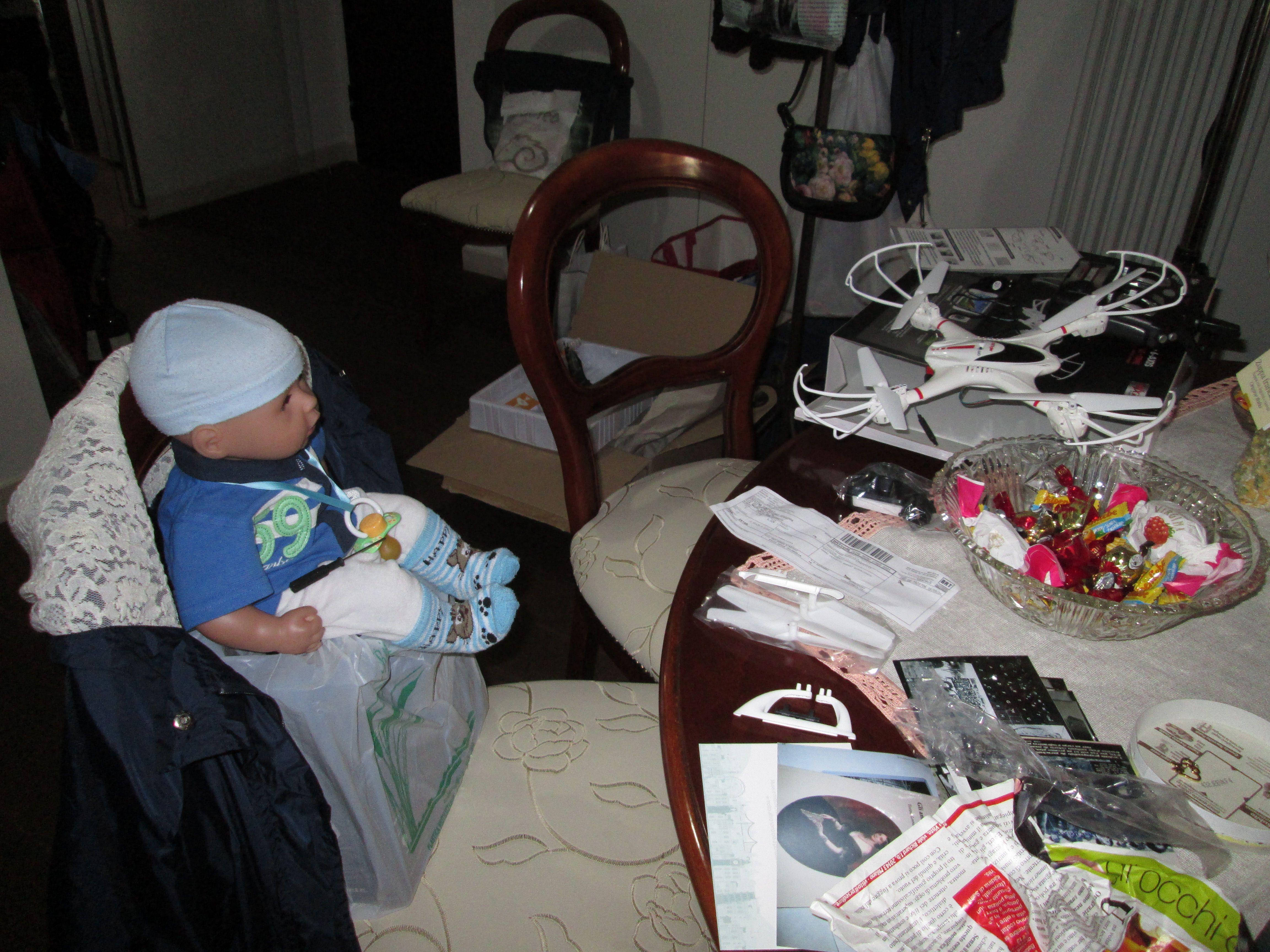 """Operazioni """"casalinghe"""" di montaggio del drone arrivato oggi da amazon... con l'aiuto di un giovane aiutante!!!"""