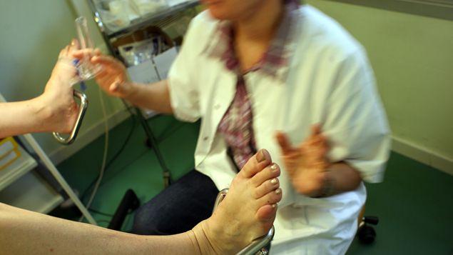 """Les touchers vaginaux et rectaux sans consentement pratiqués sur des patient(e)s sous anesthésie générale à l'hôpital sont """"inacceptables"""". C'est la ministre de la Santé Marisol Touraine qui le dit. Elle vient de lancer une mission d'inspection dans les établissements de santé suite à une étude remise mardi par la Conférence des doyens des facultés de médecine. - 31 octobre 15"""