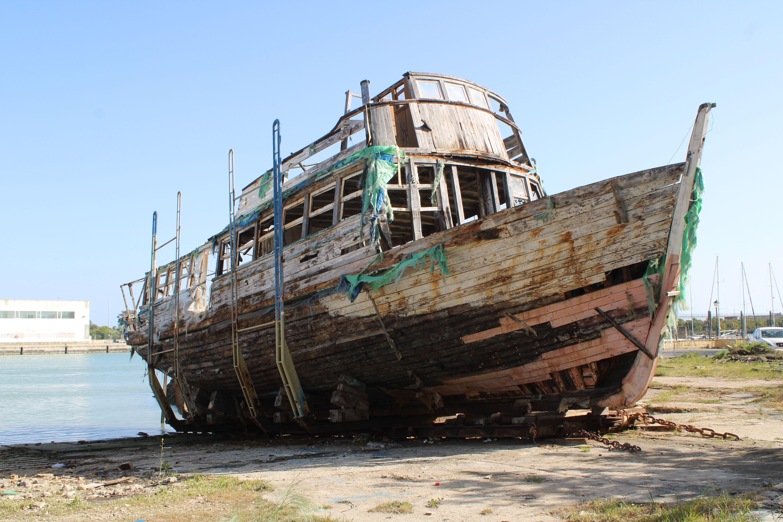 vaporcito del puerto y el testimonio de su lenta decadencia hacia lo que es más que evidente que es una dificil recuperación por sus irreparables daños