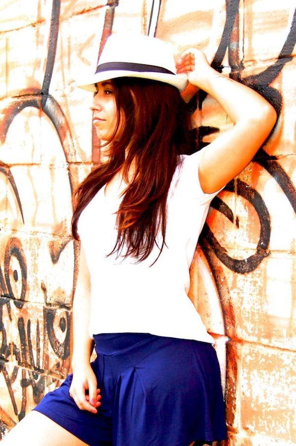 Short saia, t-shirt e chapéu panama | Viviane Mclean - 2012