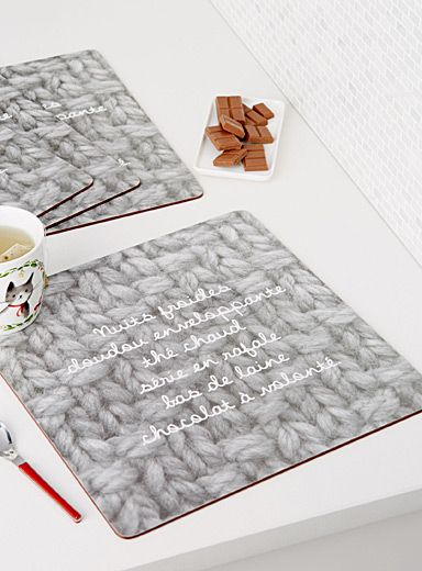 Dessinés dans nos studios en exclusivité pour Simons Maison     C'est les napperons parfaits pour les chocolats chauds réconfortants, pour les soupes fumantes et les plats mijotés, pour ajouter un peu de chaleur aux journées froides d'hiver ! On se laisse imprégner de ce message inspirant, inscrit sur un imprimé photo d'un géant tricot.    Résistant à la chaleur jusqu'à 90°C   Entretien sans souci, essuyer simplement avec un linge humide   Ensemble de 4 napperons par emballage   33x33 cm