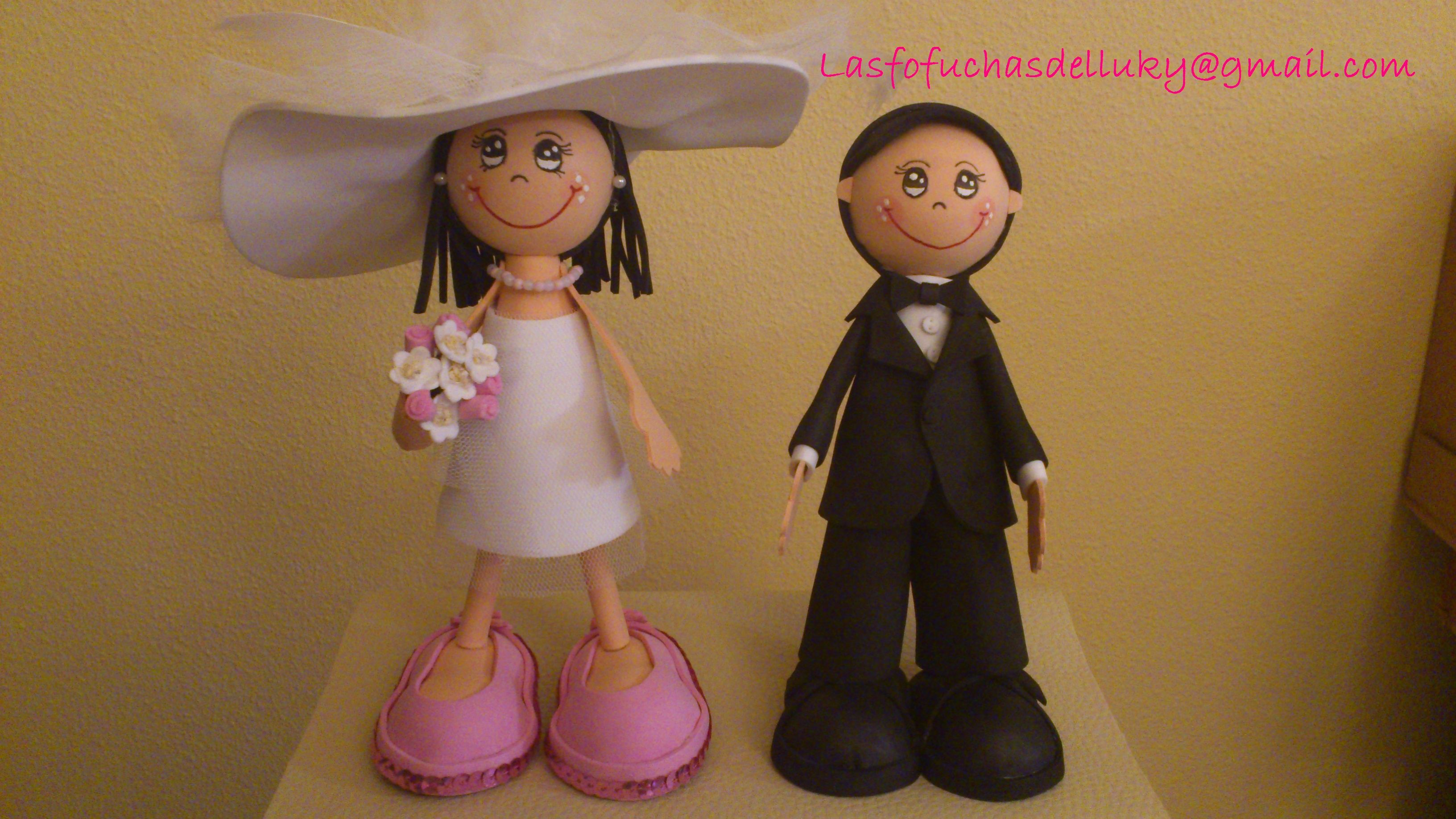 Fofunovios mini personalizados, ella con pamela y el de esmoquin - frente/Personalized mini fofucho dolls just married, she is wearing a big broad-brimmed hat and he is dressing a tuxedo - front