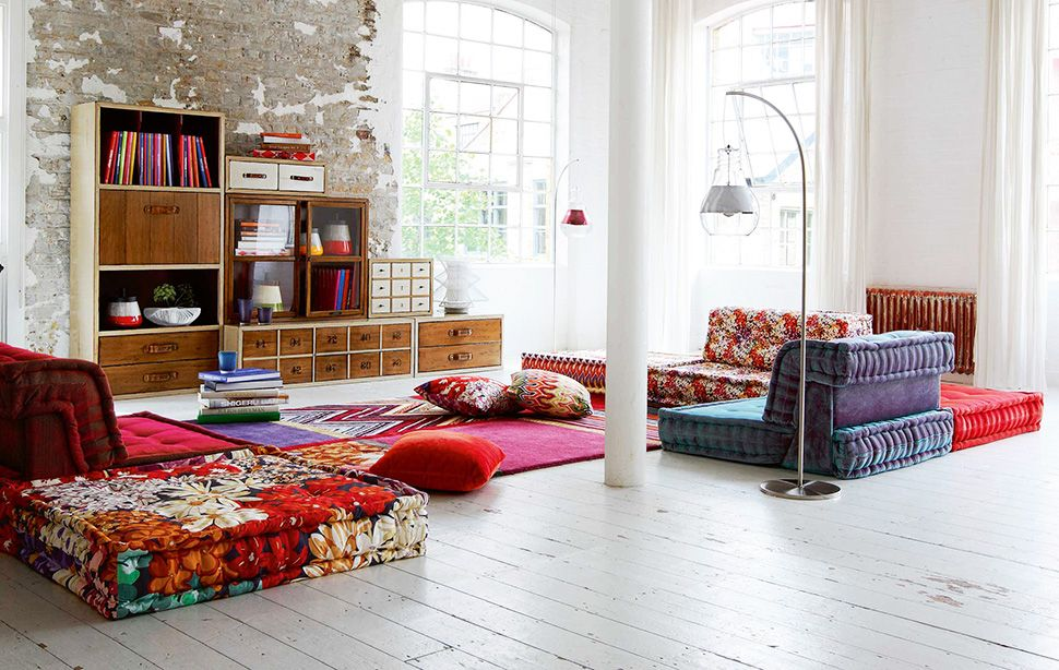 Casual-chic living room decor: Rustic storage, colorful cozy furniture