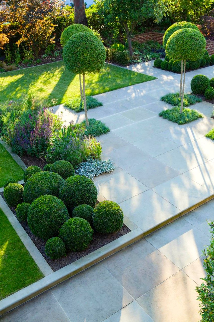 Go upstairs and get the picture - the bones of a garden become very clear when seen from above. Design: Lynne Marcus Garden & Landscape Design Photo: Marianne Majerus #modernlandscapedesign