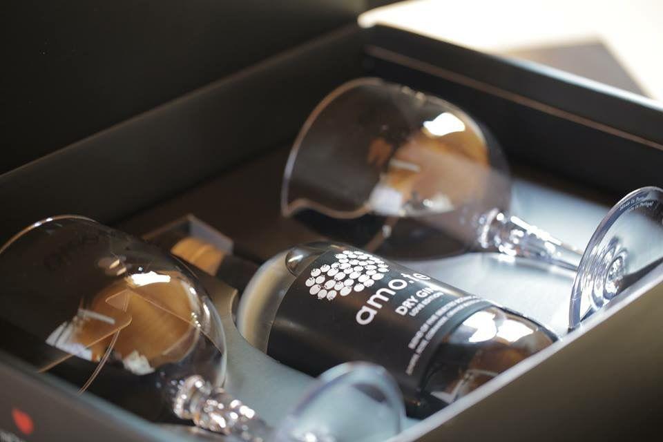 A Gin Love Box, é uma elegante e sedutora caixa, com um design exclusivo, criado pela amo.te & Co. e contém uma garrafa amo.te Dry Gin, dois copos de poliestireno amo.te e uma caneta marcadora para escrita na garrafa ou nos copos. Mais informações em www.amote.pt  ( Store on Line ).