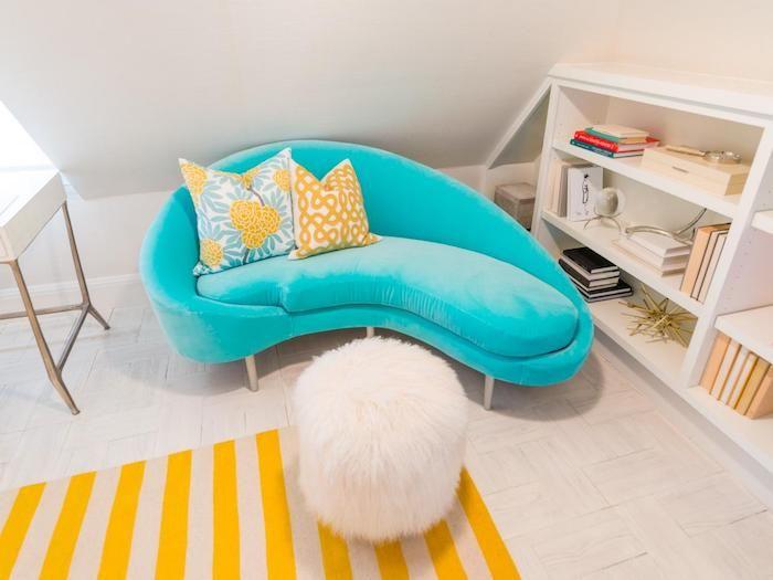 schöne Zimmer, blaues Couch, gestreiften Teppich in Gelb und Beige - gestreifte grne wnde