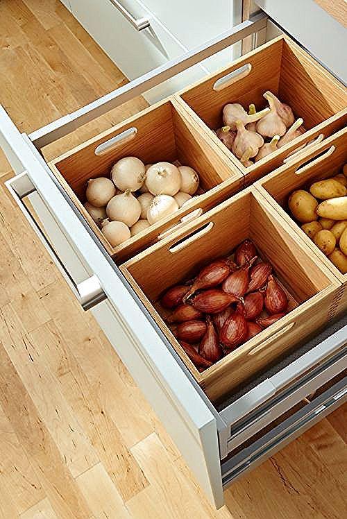 So einfach ist eine saubere Vorratshaltung: Mit den Schubladeneinsätzen von Global Küche. Mehr Ideen zur Küchenplanung bei Spitzhüttl Home Company. #küche #küchen #stauraum #ordnung #wohnen #einrichtung