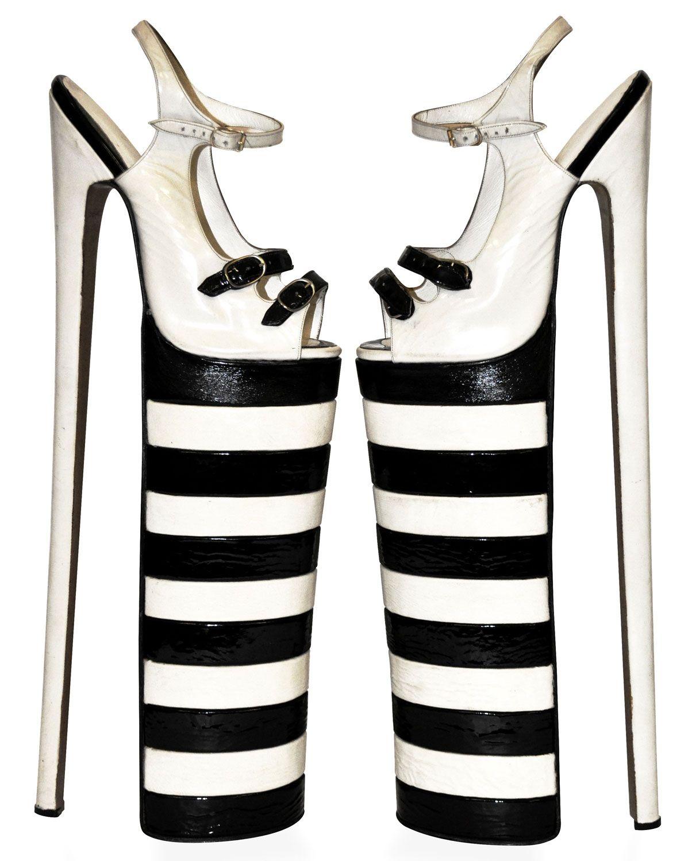 In Samen op Stap! zijn historische en hedendaagse schoenen en tassen van ontwerpers en modehuizen zoals Chanel, Prada, Christian Louboutin, Stella McCartney, Manolo Blahnik en Jan Jansen te zien. Ook de recentelijk aangekochte rode vintage clutch met bijpassende Herbert Levine schoenen van de Amerikaanse actrice en zangeres Bette Midler worden getoond.