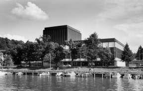 Teatteritalo 60-luvulla.  Turun Kaupunginteatterin rakennus valmistui vuonna 1962. Rakennuksen suunnittelivat arkkitehdit A. Hytönen, Risto-Veikko Luukkonen ja Helmer Stenroos. Talo rakennettiin korvaamaan tulipalossa tuhoutunut Lounais-Suomen Maalaisten Talon näyttämö. Teatterille varattiin tontti Aurajoen rannasta jo vuonna 1954, ja seuraavana vuonna julistettiin arkkitehtikilpailu. Talon rakentaminen viivästyi, ja vasta vuonna 1959 saatiin uuden teatteritalon piirustukset hyväksyttyä.