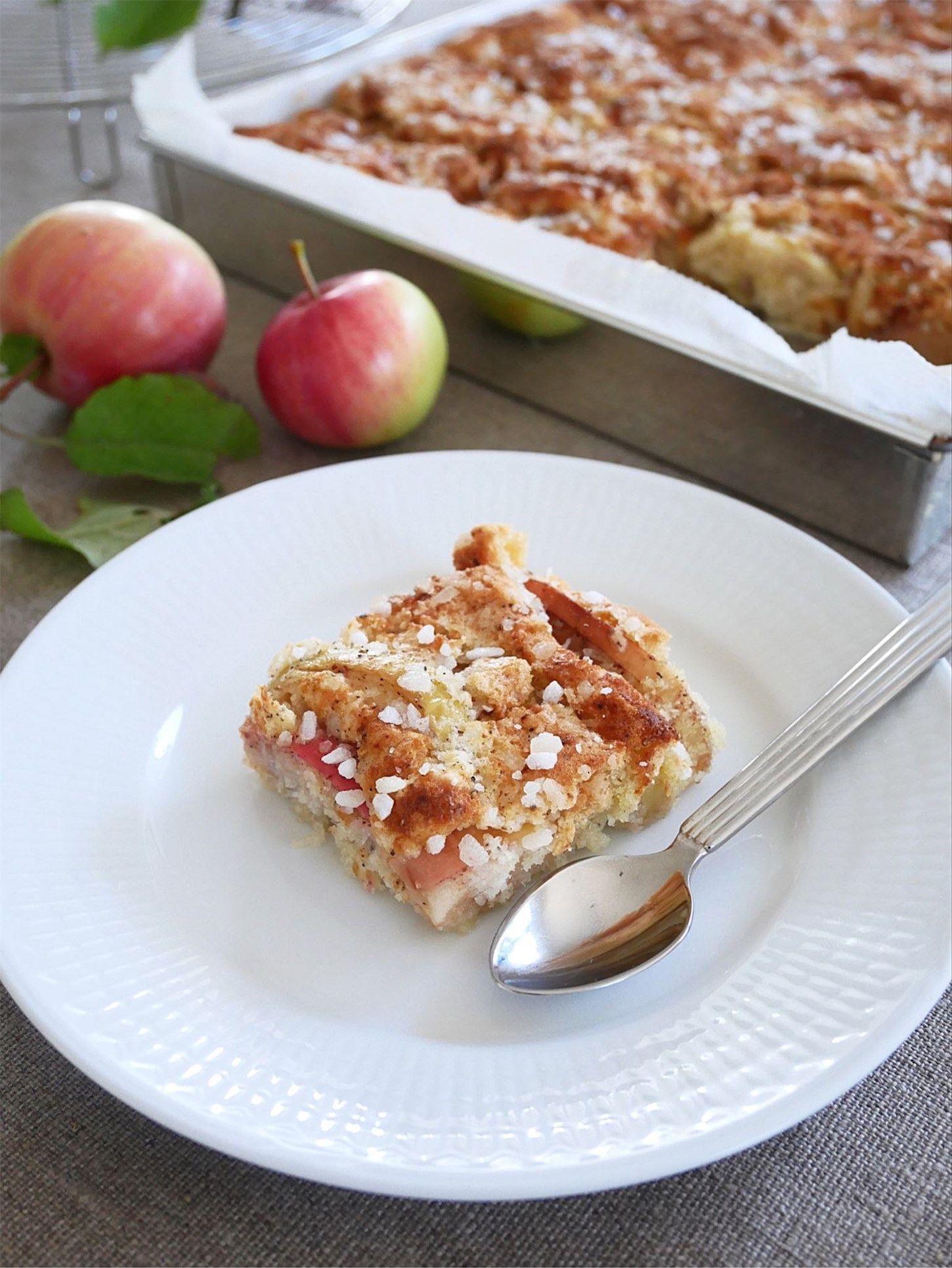 äppelkaka med hyvlat smör och pärlsocker