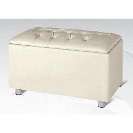 Per una camera da letto piccola scegli mobili che ottimizzino lo spazio come la comoda panca apribile in ecopelle imbottita a 76 € (vari colori).