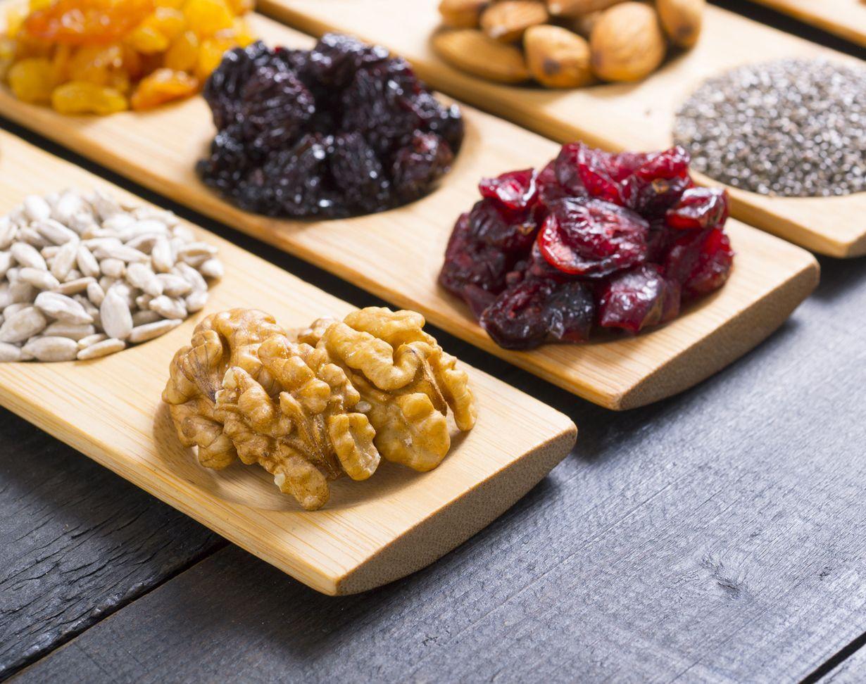 Marjoista, hedelmistä, kasviöljyistä, pähkinöistä ja kalasta koostuva ruokavalio hellii aivoja. Mitä muuta kuuluu aivoruokaan?