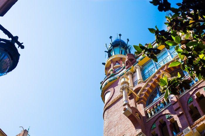 Un batiment coloré de Barcelone