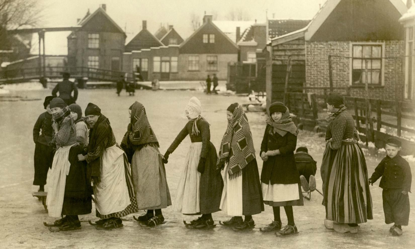 Ice skating - The Netherlands 1919 #NoordHolland #Volendam